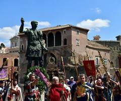 IN PICTURES: Rome steps back in time to celebrate its 2770th anniversary http://buff.ly/2paSqEU  #Rome #Italy #birthday #photo